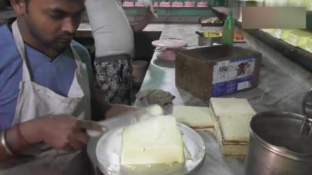 印度蛋糕作坊, 蛋糕都被抹上黄色的奶油和果酱, 看了真是吃不下