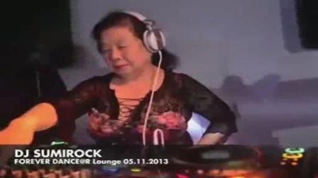 82岁老奶奶DJ打碟你见过吗? 就问你嗨不嗨