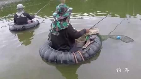 钓鱼: 几个人围着一个窝钓鱼, 这样的钓位还是头一次见!