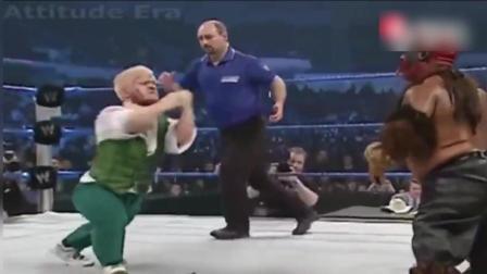 WWE: 看惯了巨汉之间的搏击, 来看看侏儒是怎么打架的吧, 让人啼笑皆非!