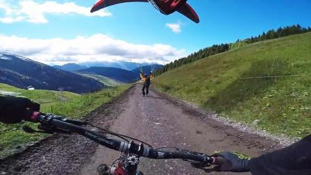 单车速降大神山区狂飙 乘着滑翔伞翱翔天空