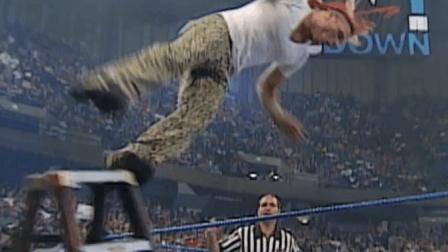 WWE 杰夫哈迪伤病发作, 欲救大哥却从铁梯上晕倒跌下! 心疼!