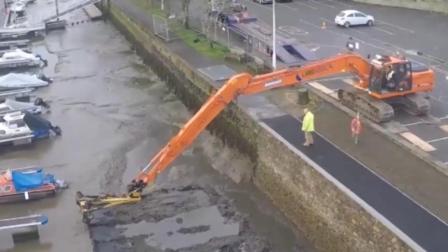 退潮后, 长臂挖掘机开始清洗水底的淤泥!