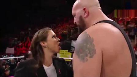 WWE女子吃了豹子胆, 敢连续扇大秀哥4巴掌, 活腻了吧?