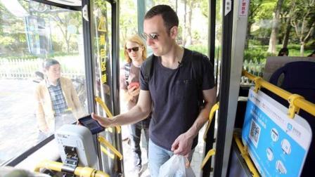 中国人这样坐公交车, 外国人惊呼: 中国人心咋怎么大呢?