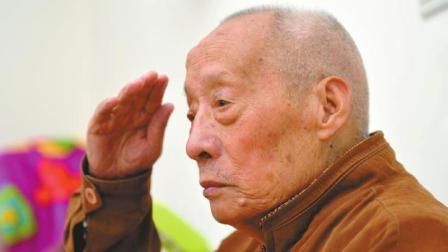 日军轰炸大王毙命成都, 川军老兵带人用筷子搜集尸骨…
