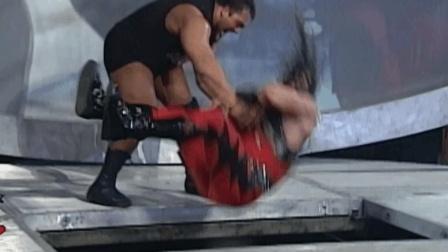 300斤巨人竟被打上担架! WWE大秀哥把对手从两米高台摔至水泥地面
