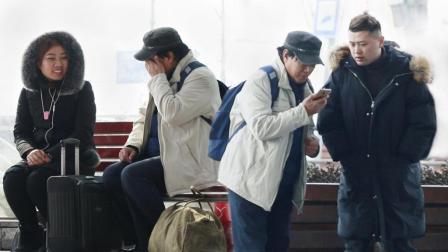 务工老人问路人借手机联系儿子 听到电话内容大家却哭了