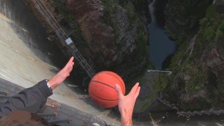 """为做实验小伙上千米高悬崖, 没想到扔出去的篮球真的会""""飞""""!"""