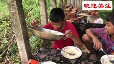 柬埔寨贫穷少年馋肉了做牛蛙, 连汤都喝完了