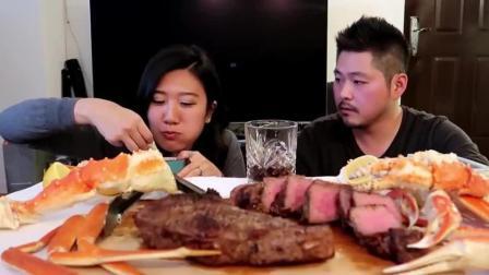 国外夫妻直播吃帝王蟹腿和牛肉, 光一个蟹腿肉, 就能吃撑了
