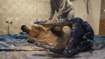 俩作死小伙把自己封进水泥