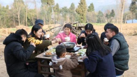 农村里的年夜饭, 大年30全家忙活一天, 满满一桌还够吃