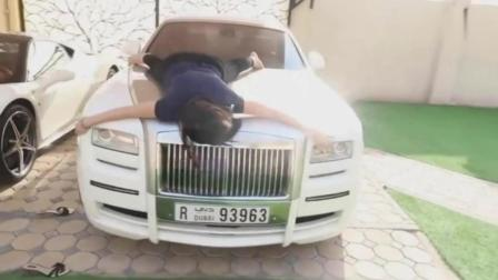 姐姐爬上引擎盖哭着要买法拉利, 没想到弟弟却带她去买布加迪!