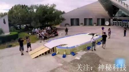 把游泳池改装成非牛顿流体, 老外在上面开起了派对