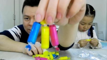 """父女试吃""""五彩糖"""", 打开包装才知道五彩的真正含义"""