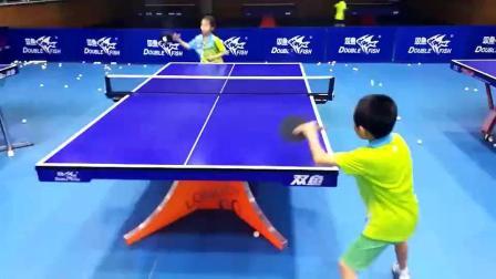 左手小仔的乒乓技术咋样, 很多人都打不过他 不信来战