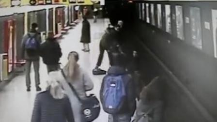 2岁男童跌入地铁轨道 陌生男子及时搭救