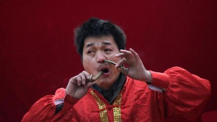 男子表演生吞活蛇, 从嘴里进去鼻孔出来, 年收入10万!