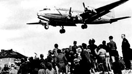 人类史上的大空运 柏林空运: 靠空运养活了250万人近1年