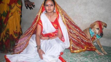 印度奇葩婚俗: 18岁女孩嫁给流浪狗 父母说是为了抵御厄运