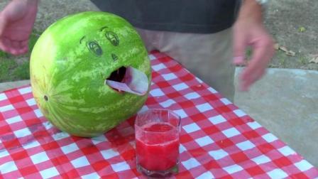 西瓜用电钻拌一拌秒变冰沙! 网友: 吃瓜肉还不够还要饮瓜血?