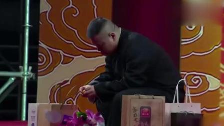 """岳云鹏竟然""""罢演""""了, 公然蹲在台上吃橘子"""
