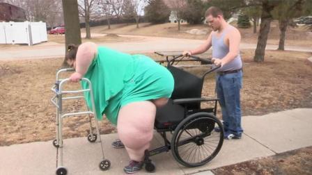 女子体重狂飙700斤, 21岁男友不离不弃, 帮她找医生做手术减肥!