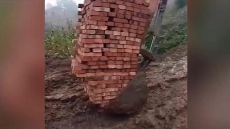 太牛了, 挖掘机司机直接开启搬砖技能!