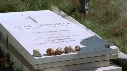 《辛德勒名单》明明是黑白片, 却在墓前纪念时有颜色, 看完我懂了