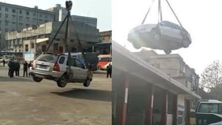 小车违停被吊上了房顶 车主回来傻眼