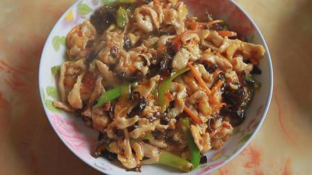 一道特色传统名菜: 以鱼香味调味而得名, 鱼香肉丝