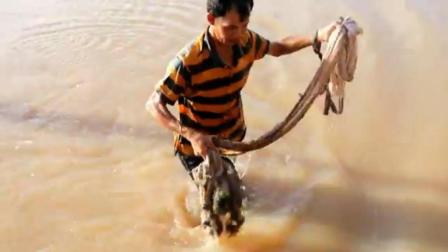 农村大叔带一家子在河边撒网捕鱼, 拉上来的却是这些货!