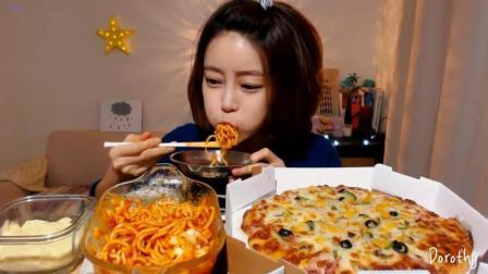 韩国萌妹子吃货, 吃一碗肉酱意大利面, 披萨, 大口大口吃的真香啊