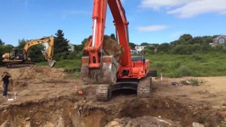挖掘机不用破碎锤, 怎样击碎巨石? 我笑了