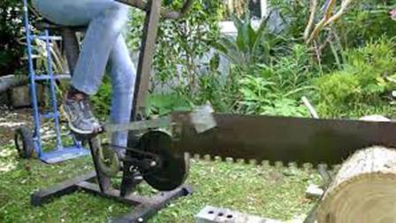 战斗民族太彪悍, 用脚踏劈柴机边健身边劈柴? 练那么壮实有啥用?
