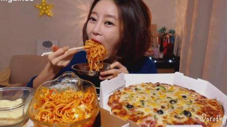 韩国吃播: 美女吃一个超大号披萨和肉酱意大利面, 大口塞的鼓鼓的