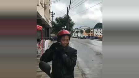 这位大妈走在大街上, 有多少司机为了看他一眼而出了车祸