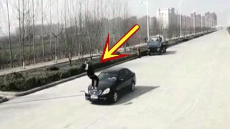 真正的武林高手! 男子眼看就要被轿车撞飞, 他的反应神了!