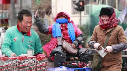 给春节仍然在风雪中工作的人送暖宝宝