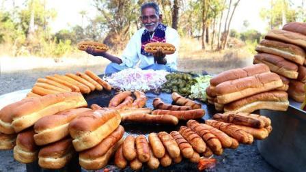 印度老大爷, 买来面包和火腿肠, 做成美味的热狗, 孩子们吃的很开心