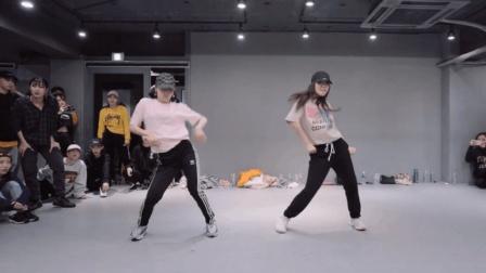 两位高颜值的青春妹子跳舞, 伴奏音乐节奏感超强!