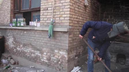 丈母娘说农村穷女婿脚臭, 不让他上炕, 气的他举起了铁锹