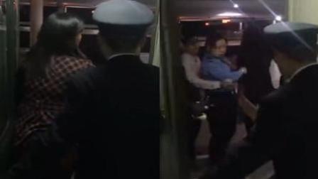 女子拦车门被女列车员一把拽开 网友: 大快人心