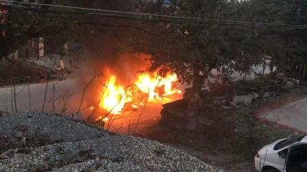 面包车逆行撞上SUV 当街起火燃烧