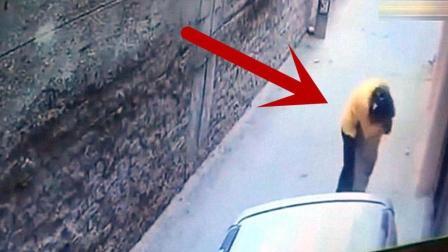 女子走小巷回家, 没注意身后, 监控拍下这不耻一幕!