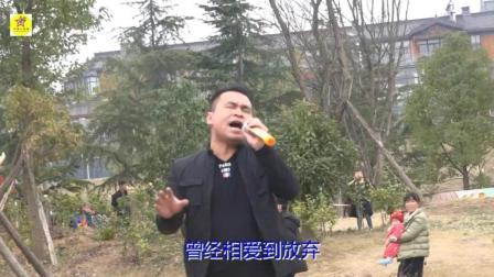 农村大叔在公园高歌一曲《下定决心忘记你》太好听了, 引来围观
