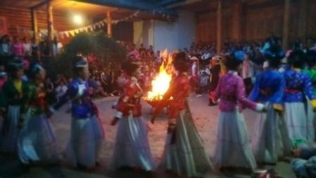 云南摩梭人的篝火晚会, 少数民族美女能歌又善舞