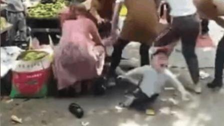 数女子街头疯狂干仗 孩子惨被一脚踢出