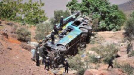 秘鲁一双层大巴翻下山路 致至少44死20余伤